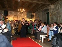 Begeistert klatschten die Zuschauer mit, als die historische Modenschau musikalisch untermalt wurde.