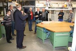 bbz-Geschäftsführer Dirk H. Jedan (l.) erläuterte den Mitgliedern des tibb-Vorstandes bei einem kleinen Rundgang durch die Werkstätten des Berufsbildungszentrums das umfangreiche Angebot der Institution.