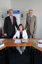 """Dirk H. Jedan (l.), Karin Käppel und Volker Riecke unterzeichneten im """"Haus des Handwerks"""" eine Kooperationsvereinbarung, die eine noch engere Zusammenarbeit vorsieht."""