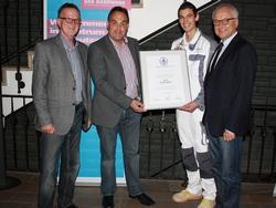 David Enginler (2.v.r.) wurde für die Berufung in das Nationalteam der Stuckateure ausgezeichnet: (v.l.) Stv. Obermeister Udo Müller, Obermeister Peter Schlünder und der Leitende Geschäftsführer Ass. Andreas Fabri.