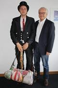 Wandergeselle Simon Austermann (l.) besuchte die Kreishandwerkerschaft Märkischer Kreis und gewährte im Gespräch mit dem Leitenden Geschäftsführer Ass. Andreas Fabri interessante Einblicke in seine Erlebnisse während der Wanderschaft.