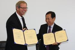 Dirk H. Jedan (l.) und Hong Bang Hee unterschrieben eine Kooperationsvereinbarung.