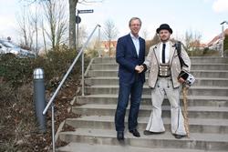 """Wandergeselle Eldis Ljesnjanin (r.) wurde von bbz-Geschäftsführer Dirk H. Jedan im """"Haus des Handwerks"""" begrüßt und erhielt neben einem kleinen Wegegeld auch einen Stempel für sein Wanderbuch."""